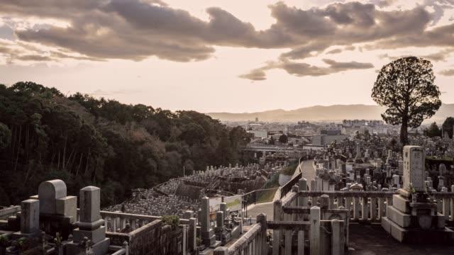 kyrkogården med naturen japansk kultur tidsfördröjning - ljus på grav bildbanksvideor och videomaterial från bakom kulisserna