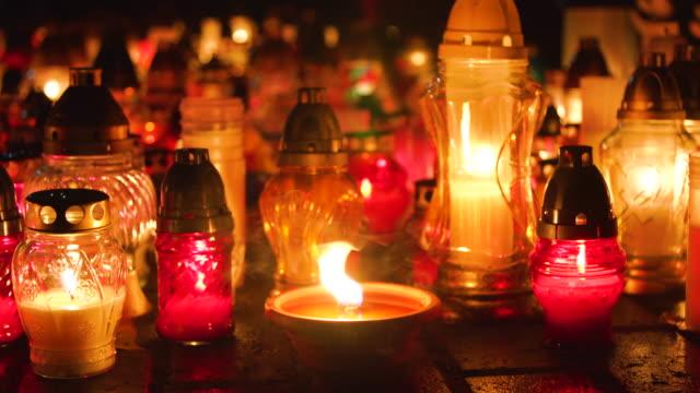 kyrkogården med natten, holiday av deceaseds - ljus på grav bildbanksvideor och videomaterial från bakom kulisserna
