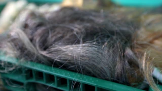 kadınlar için gri saç, peruk üretimi için preform, peruk üretimi için saçlar - peruk stok videoları ve detay görüntü çekimi