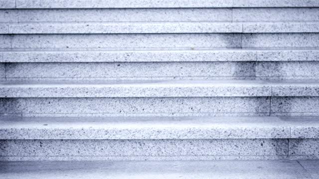 grå marmortrappa utomhus. sten steg gå ner upp. inga människor runt omkring tomma trapphus - trappa bildbanksvideor och videomaterial från bakom kulisserna