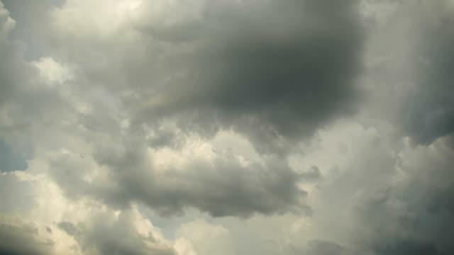vídeos de stock, filmes e b-roll de cinza de nuvens de chuva estão se movendo no céu. timelapse - nublado