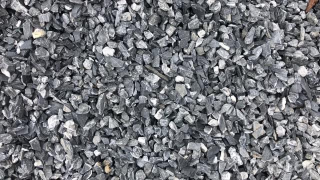 vídeos y material grabado en eventos de stock de patrón de guijarros de roca de construcción de escombros grises. - basalto