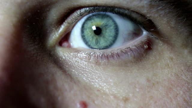stockvideo's en b-roll-footage met grijs-groene oog van een jonge knappe kerel close-up. - ooglid