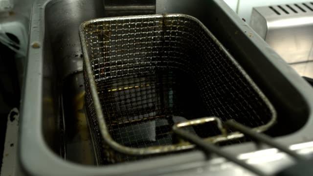 stockvideo's en b-roll-footage met vettige vuile friteuse met olie in een keuken restaurant café, onhygiënische omstandigheden - oil kitchen