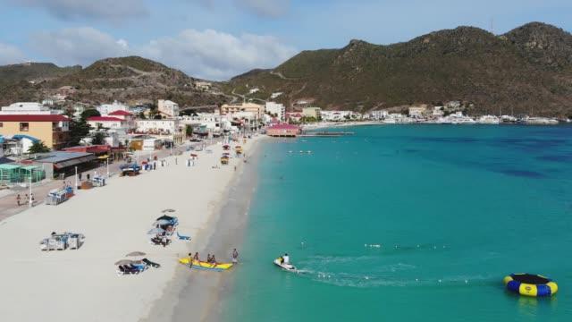great bay beach, philipsburg, sint maarten/saint martin, isole caraibiche - saint martin caraibi video stock e b–roll
