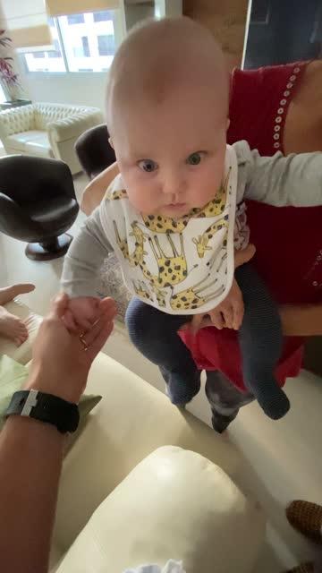 vidéos et rushes de grand-mère et grand-mère ayant l'amusement avec le bébé - prise avec un appareil mobile