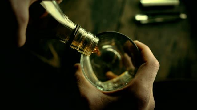 bicchieri di whisky di bell'aspetto e il whisky è riempito nella vista dall'alto. versione graduata ii - brandy video stock e b–roll