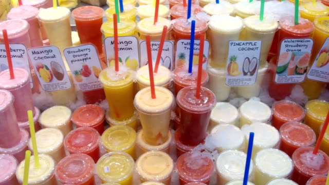 ガラスのフルーツ ジュースの多種多様。 - おやつ点の映像素材/bロール