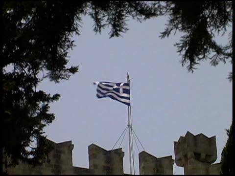 greece flag atop castle wall - 10 saniyeden daha kısa stok videoları ve detay görüntü çekimi