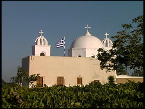 grecia: tradizionale isole greche chiesa con bandiera in vigneto - isole egee video stock e b–roll
