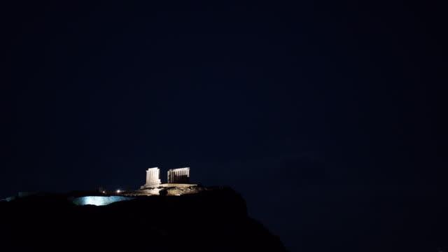vídeos de stock, filmes e b-roll de à noite, cape sounio grega templo de poseidon - sounion
