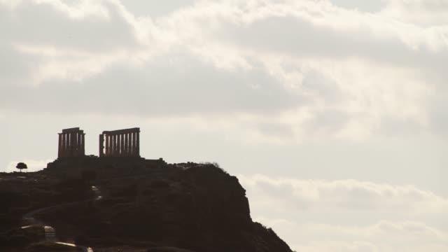 vídeos de stock, filmes e b-roll de templo grego de poseidon, cape sounio - sounion