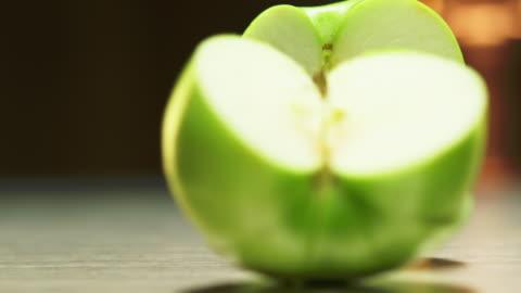 vídeos y material grabado en eventos de stock de manzana verde en rodajas - rebanada