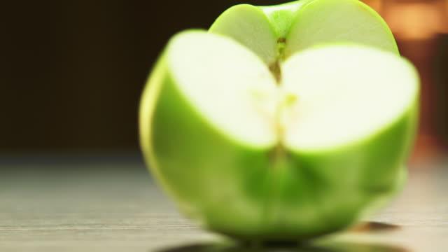 mela verde affettata - fetta video stock e b–roll