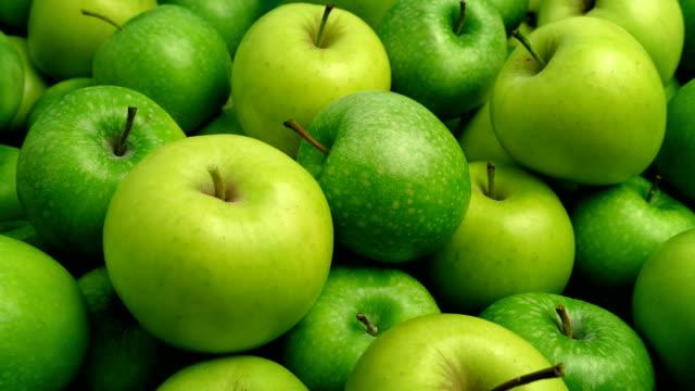 grüne äpfel haufen closeup - apple stock-videos und b-roll-filmmaterial