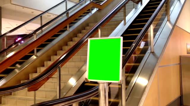 vídeos y material grabado en eventos de stock de verde valla publicitaria para su anuncio en el yvr airport - póster