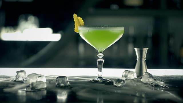 stockvideo's en b-roll-footage met groene cocktail aan de bar - martiniglas