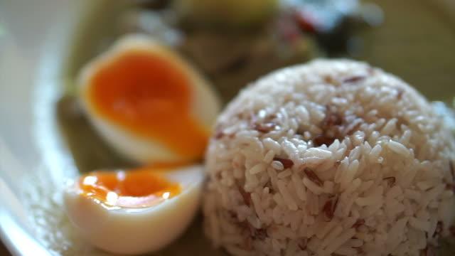 grüne curry auf reis mit hälfte gekochtes ei, lokalen stil thai street food - gar gekocht stock-videos und b-roll-filmmaterial