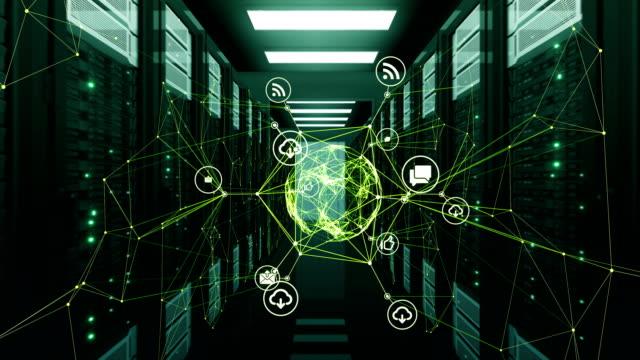 Grün Digital Icons Kugel Hologramm in abstrakte Verbindungen mit Netz im Datacenter Server-Racks-Raum dreht. 3d Animation geloopt. Wirtschaft und Technologie-Konzept. – Video
