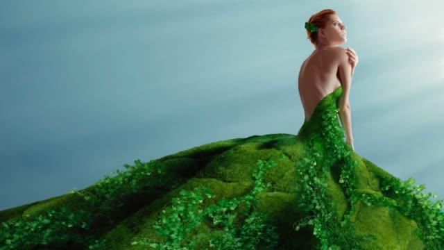 vidéos et rushes de robe verte - décolleté