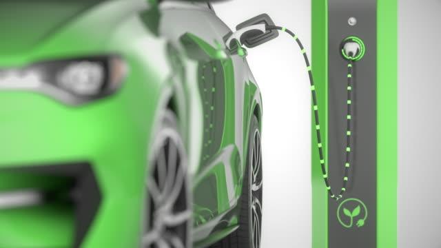 grüne elektrische selbstfahrende autoladung. schließen sie die vordere pfanne mit fokusverschiebung. 4k - elektromobilität stock-videos und b-roll-filmmaterial