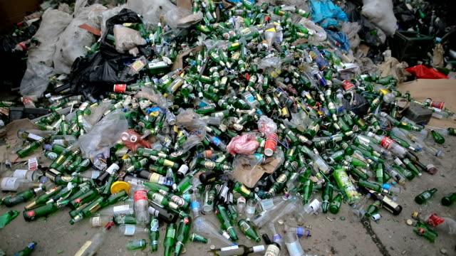 grüne leere flaschen zum recycling-verwertung von abfällen - altglas stock-videos und b-roll-filmmaterial
