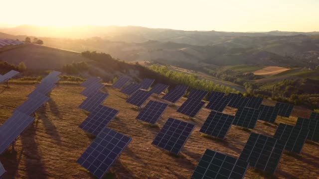 vídeos de stock e filmes b-roll de green energy field on hills in italy - solar panels - energia solar