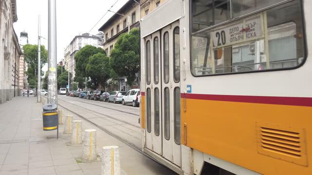 grön energi transport gammal spårvagn på downtown gator i sofia, bulgarien - bulgarien bildbanksvideor och videomaterial från bakom kulisserna