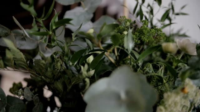 vídeos de stock, filmes e b-roll de decorações verdes da flor nas tabelas do casamento - rústico