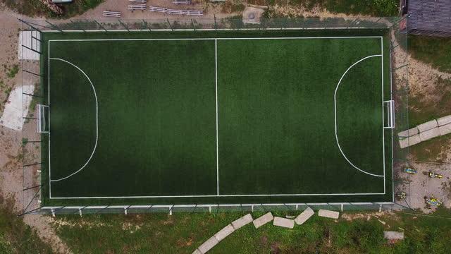 grünes fußballfeld luftansicht von oben ansicht - strafstoß oder strafwurf stock-videos und b-roll-filmmaterial
