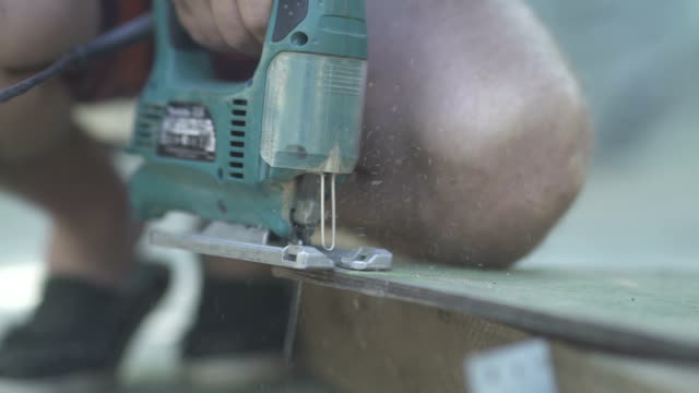 Green fretsaw to nag wooden board video