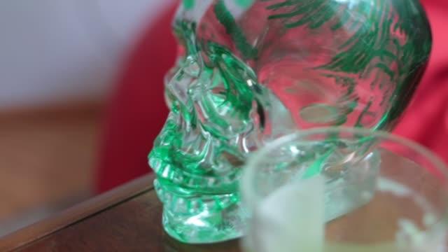 grünes glas schädel hautnah - tropischer cocktail stock-videos und b-roll-filmmaterial