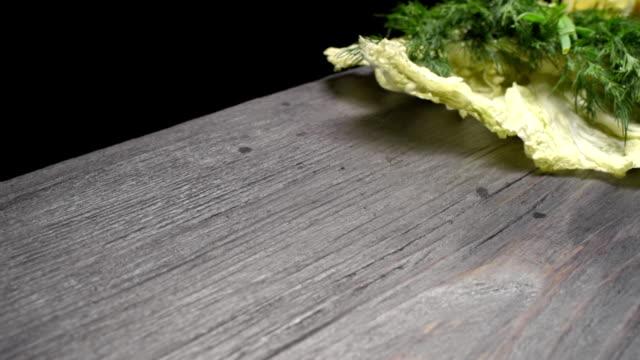 vídeos y material grabado en eventos de stock de hierbas verdes en madera negra - pak choy