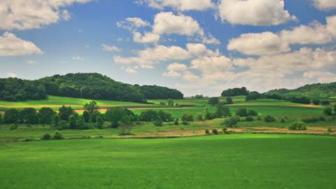 vidéos et rushes de collines verdoyantes et un ciel bleu. hq 1080 p. rvb 4:4: 4 - 20 secondes et plus