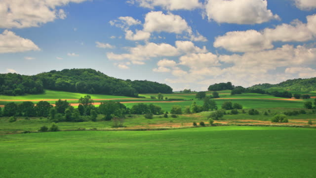 cielo di colline verdi e blu. sede centrale a 1080 p. rgb a 4:4: 4 - 20 o più secondi video stock e b–roll