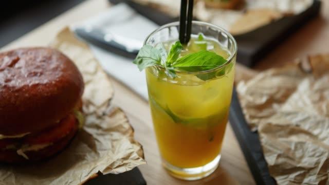 grön citron cocktail drink serveras med myntablad och is - basilika ört bildbanksvideor och videomaterial från bakom kulisserna