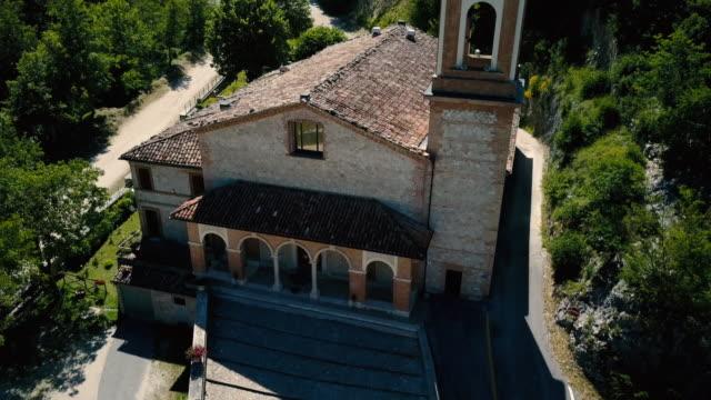 stockvideo's en b-roll-footage met groene bergen in het zomerseizoen in italië - klooster