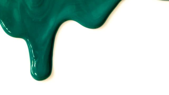 grüne farbe tropft. - tropfen stock-videos und b-roll-filmmaterial