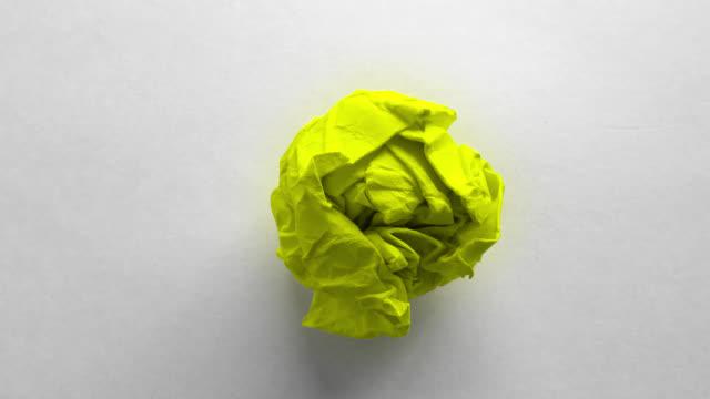 vídeos de stock e filmes b-roll de verde bola de papel enrugado - amarrotado