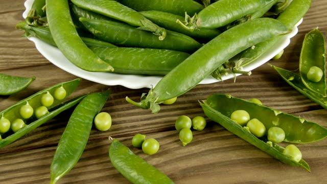 Grüne Erbsen auf dem Tisch. – Video