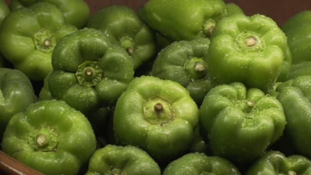 vídeos y material grabado en eventos de stock de pimientos verdes en un supermercado producir sección - pimiento verde