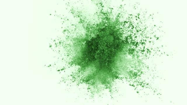 Pó verde explodindo em fundo branco em super câmera lenta - vídeo