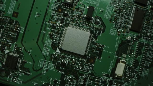 vídeos y material grabado en eventos de stock de placa de circuito impreso verde, componentes de la placa base de la computadora: microchips, procesador de cpu, transistores, semiconductores. dentro del dispositivo electrónico, partes de superordenador. captura de macro en movimiento de vista superior - placa madre