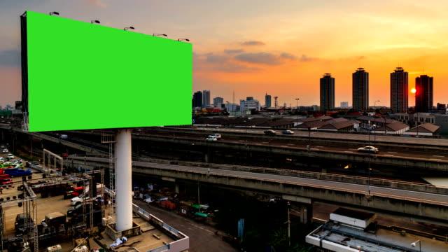 ミステリー夜道のグリーン スクリーン広告 billborad - ブランディング点の映像素材/bロール