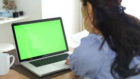 綠屏在家裡 - laptop 個影片檔及 b 捲影像