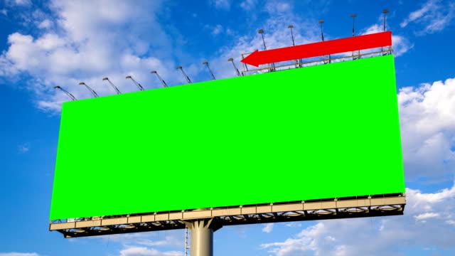 duży zielony ekran billboard upływ czasu i chmury pływających - rama obrazu filmów i materiałów b-roll
