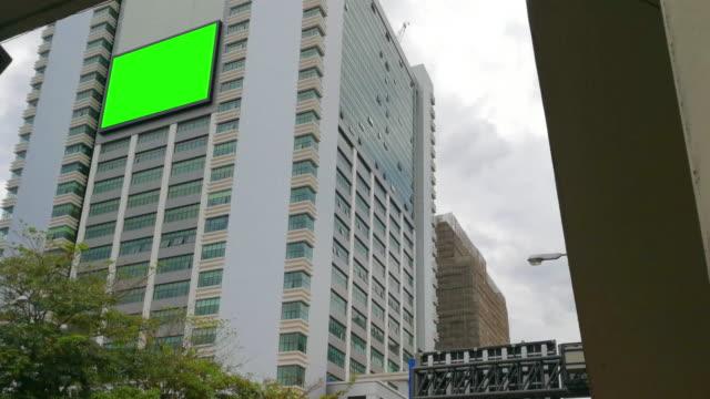 vídeos y material grabado en eventos de stock de cartel de pantalla verde en la ciudad rodada en el teléfono inteligente - póster
