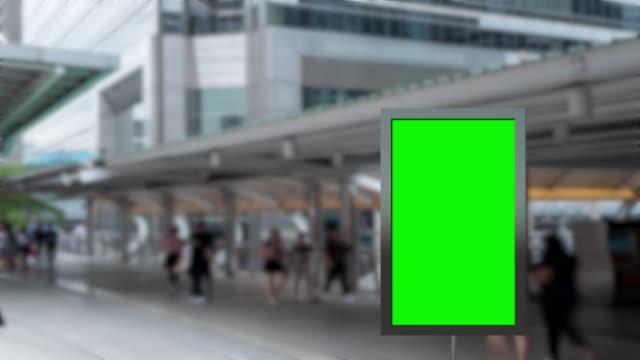 vídeos de stock, filmes e b-roll de propaganda exterior do quadro de avisos em branco da tela verde e lapso de tempo dos povos que andam o moderno ocupado na cidade banguecoque tailândia. - poster