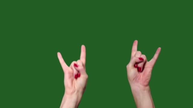 grüner bildschirm. chromakey. hände bei einem rockkonzert. hörner. das rockt. - rock stock-videos und b-roll-filmmaterial