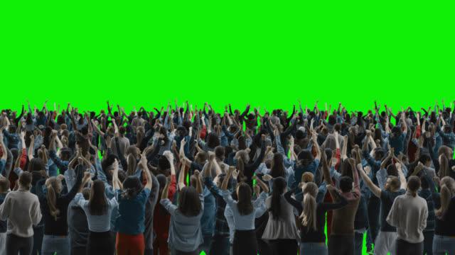 vídeos y material grabado en eventos de stock de pantalla verde: multitud de personas divirtiéndose, animando, aplaudiendo, celebrando en el evento deportivo, concierto, festival, fiesta. vista trasera. chroma key, pantalla negra, silhouette white people sobre fondo negro - aplaudir